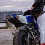 Skórzana kurtka na motocykl dla Pań – jak wybrać odpowiednią?