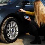 Jak rozpoznać samochód po wypadku używając miernika lakieru?